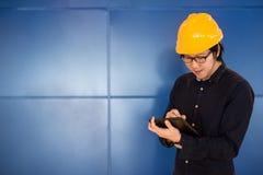 在片剂的年轻亚洲工程师人文字 免版税库存图片