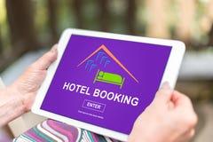 在片剂的旅馆预定概念 免版税库存图片