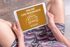 在片剂的网上汽车保险概念 免版税库存照片