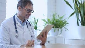 在片剂的网上视频聊天由诊所的医生 股票录像