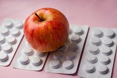 在片剂背景,自然产品的红色苹果作为修改 免版税库存图片