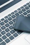在片剂计算机上的巧妙的电话 技术和通信骗局 库存图片