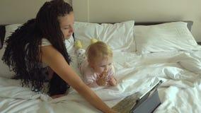 在片剂计算机上的母亲和女儿观看的动画片 股票视频