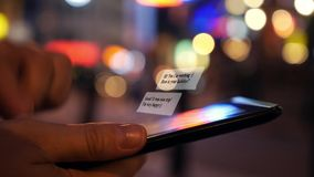 在片剂计算机上的聊天的SMS在夜城市 影视素材