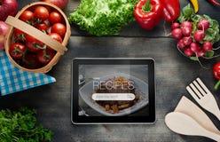 在片剂计算机上的食物食谱 库存照片