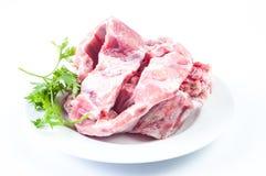 在牌照和蔬菜的原始的猪排 免版税库存图片