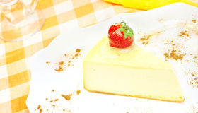 在牌照的乳酪蛋糕 图库摄影