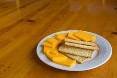 在牌照的干酪和薄脆饼干 免版税库存照片