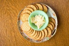在牌照的干酪和薄脆饼干 库存照片