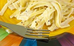 在牌照的意大利细面条阿尔弗雷德有叉子的 免版税库存照片