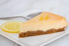 在牌照的柠檬乳酪蛋糕 免版税库存照片