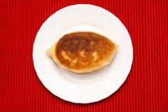 在牌照的油煎的小馅饼 库存照片