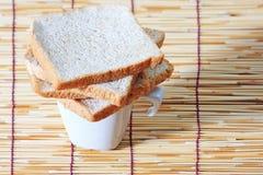 在牌照的竹面包杯子 库存照片