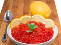 在牌照的红色鱼子酱用柠檬 免版税图库摄影