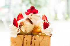 在牌照的被吃的水果的多士 免版税库存照片
