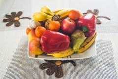 在牌照的水果和蔬菜 免版税库存照片