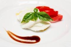 在牌照的Caprese开胃菜 免版税图库摄影