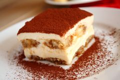 在牌照的Tiramisu蛋糕 免版税图库摄影