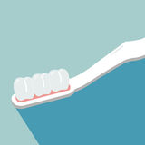 在牙刷的牙在背景蓝色,牙齿的概念 库存图片