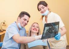 在牙植入管以后的完善的微笑 免版税库存图片