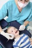 在牙科医生的孩子 免版税库存照片