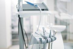 在牙科诊所,口腔医学的牙科设备 免版税图库摄影