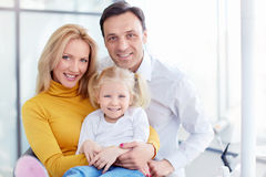 在牙齿诊所的家庭 免版税库存照片
