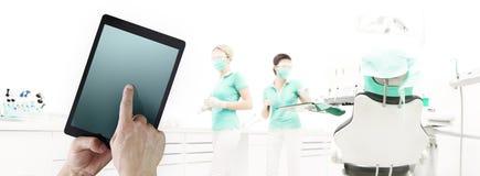 在牙齿诊所的牙医手接触数字式片剂屏幕与d 向量例证