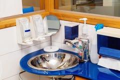 在牙齿诊所的肥皂分配器 库存照片