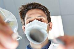 在牙齿治疗期间的牙医 免版税图库摄影