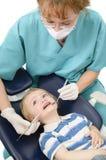 在牙医的孩子 免版税库存图片