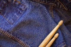 在牛仔布牛仔裤纺织品的两鼓槌谎言 库存照片