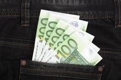 在牛仔裤口袋特写镜头的一百张欧洲钞票 免版税图库摄影
