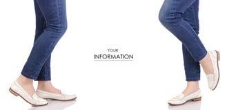 在牛仔裤经典亮漆白色鞋子鹿皮鞋春天秋天时尚购买商店集合样式的女性腿 免版税库存图片