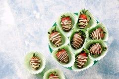 在牛奶和白色巧克力的可口新鲜的草莓 免版税库存图片