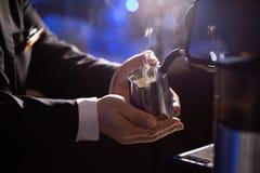在牛奶泡影被捉住手的射击 咖啡馆Barista准备在煮浓咖啡器的热的牛奶 库存图片