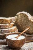 在牛奶片式上添面包 免版税库存图片