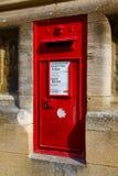 在牛津墙壁上的一个红色邮箱  免版税图库摄影
