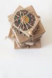 在牛皮纸包裹的礼物 包装的装饰品坛场 库存照片