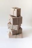 在牛皮纸包裹的礼物 包装的装饰品坛场 免版税库存照片