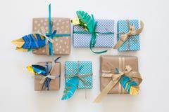 在牛皮纸包裹的礼物 在视图之上 免版税库存图片