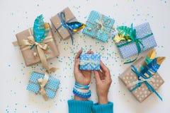 在牛皮纸包裹的礼物 在视图之上 免版税图库摄影