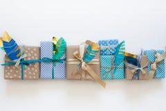 在牛皮纸包裹的礼物 在视图之上 免版税库存照片