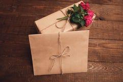 在牛皮纸包裹的礼物 库存图片