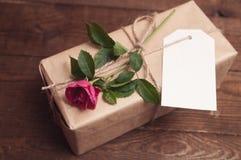 在牛皮纸包裹的礼物 免版税库存图片