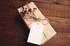 在牛皮纸包裹的礼物 库存照片
