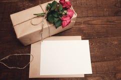 在牛皮纸包裹的礼物 图库摄影