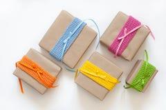 在牛皮纸和磁带包裹的礼物从毛线编织了 库存图片