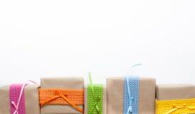 在牛皮纸和磁带包裹的礼物从毛线编织了 免版税库存图片