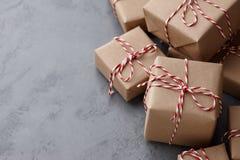 在牛皮纸或当前箱子包裹的圣诞节礼物 免版税库存照片